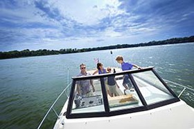 HeroImage-BoatingFamily-4by2